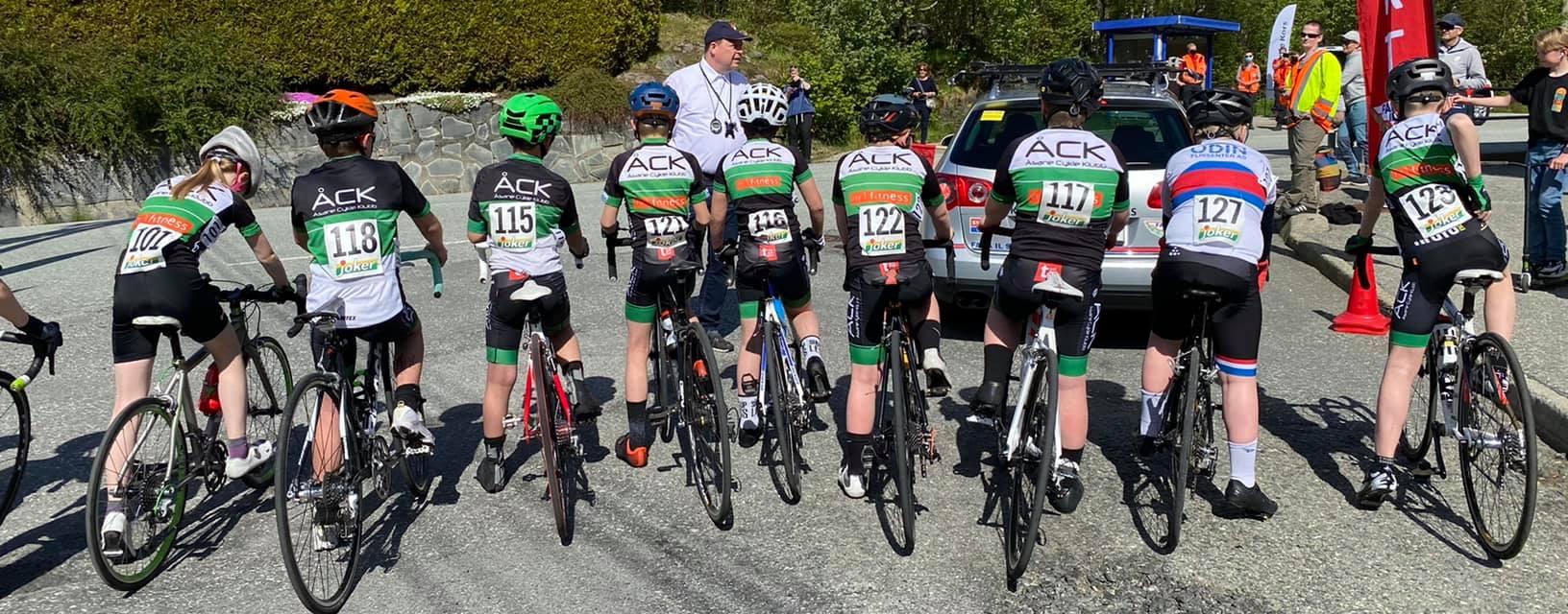 barn som sykler i klubbdrakt